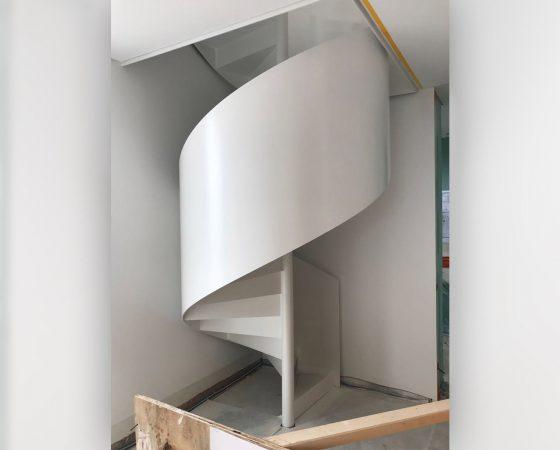 Treppenlackierung: Stahltreppenrohling nach Spritzlackierung