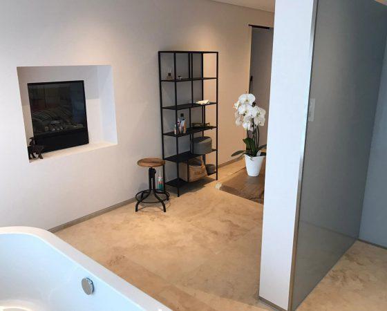 Innenraumgestaltung und Malerarbeiten: Badezimmer mit gefärbtem Lehmputz, Nische mit Kamin