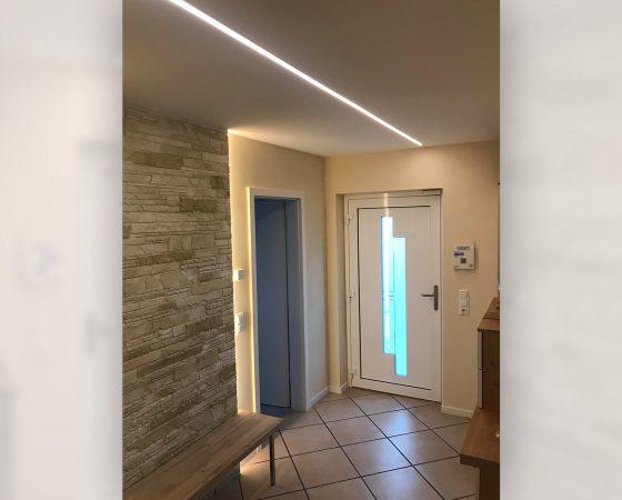 Innenraumgestaltung: Diele mit abgehängter Decke, Lehmputz, Lichtleiste und Akzentwand