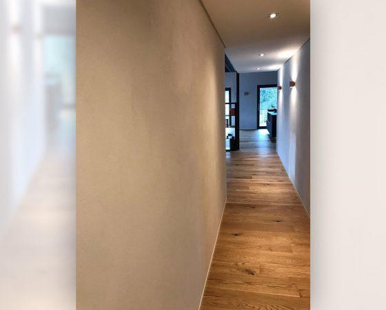 Innenraumgestaltung: Diele mit eingefärbtem ökologischem Lehmputz und Lichteffekten