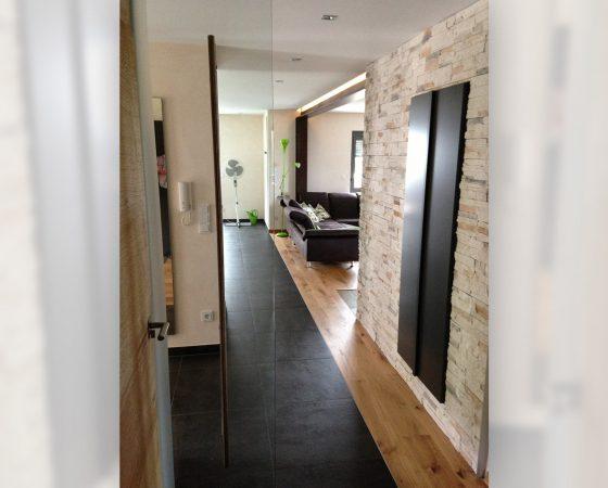 Innenraumgestaltung: Diele mit Lehmputz – Akzent-Steinwand