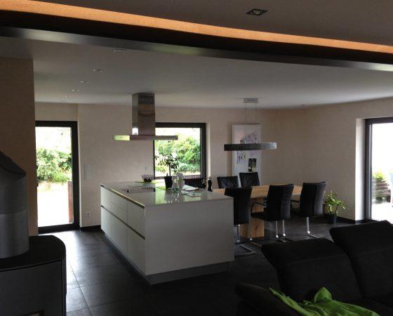 Innenraumgestaltung: Esszimmer mit abgehängter Decke, Lehmputz und Lichtleiste