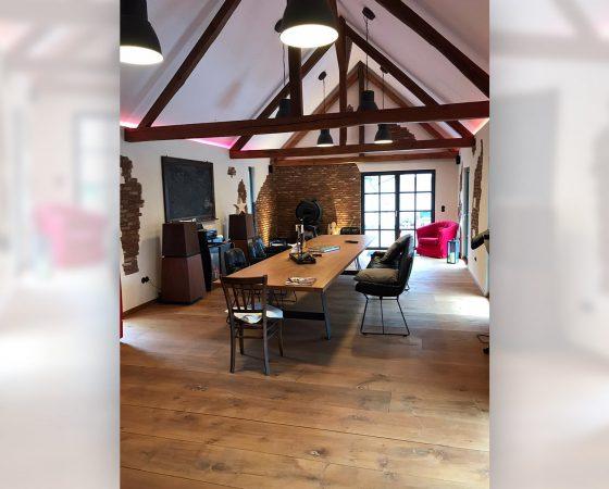 Innenausbau: Umgestaltung einer Scheune mit modernen Wand- und Lichteffekten