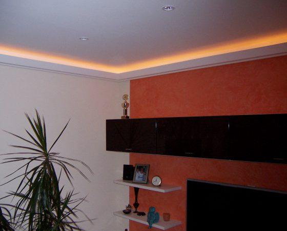 Innenraumgestaltung: Wohnzimmer mit Akzentwand und Lichtleiste