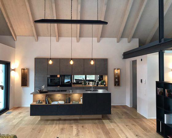 Innenraumgestaltung und Malerarbeiten: Küche mit alkalischem, antiallergischem Lehmputz, Lichtkonzept und auf Kundenwunsch Hängelampe designed, gebaut und montiert