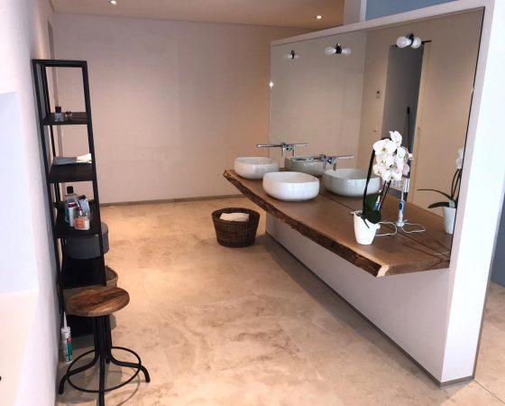 Innenraumgestaltung und Malerarbeiten: Badezimmer mit Lehmputz, abgehängter Decke, Trockenbau-Spiegeltrennwand zu WC und Dusche und Beleutungskonzept