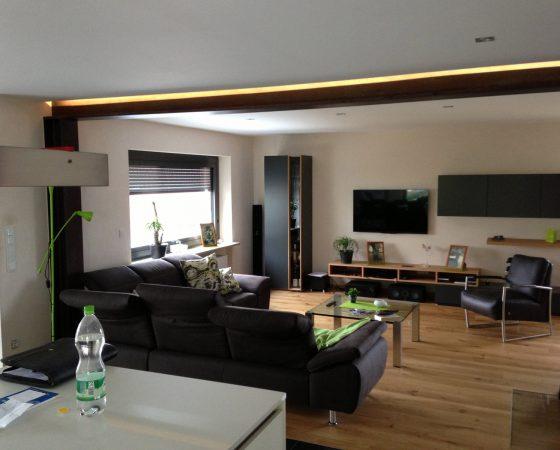 Innenraumgestaltung: Wohnzimmer mit Decken-, Wand- und Bodenneugestaltung