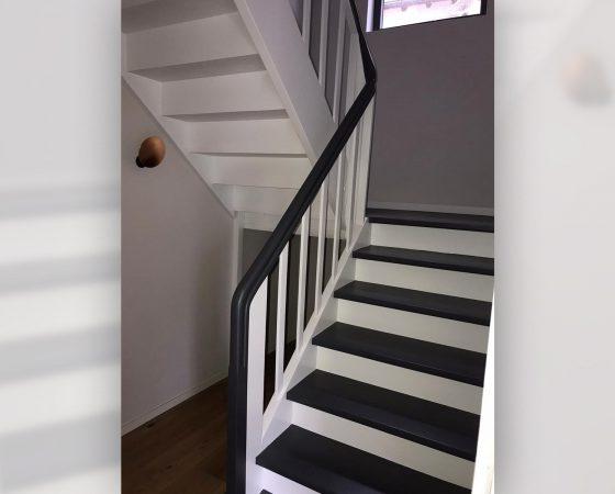 Lackierarbeiten: Sanierte, neu lackierte Holztreppe aus Altbestand