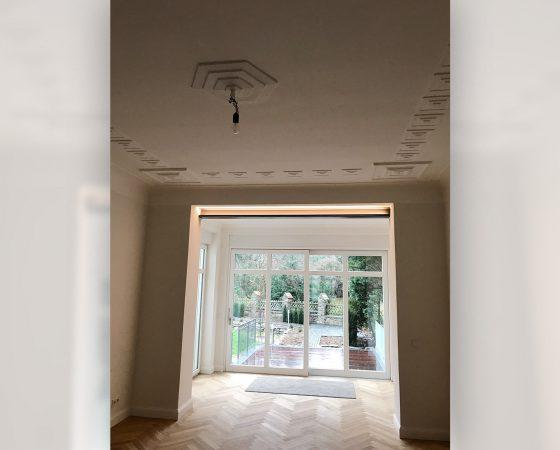 Malerarbeiten: Altbausanierung – Wand- und Stuckrekonstruktion Wohnzimmer