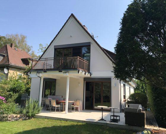 Malerarbeiten: Außenfassadensanierung – Neuverputz Wohnhaus mit Gesims- und Giebelneugestaltung