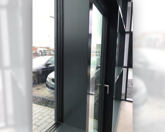 Lackierarbeiten: Reparaturlackierung einer Pfosten-Fassade