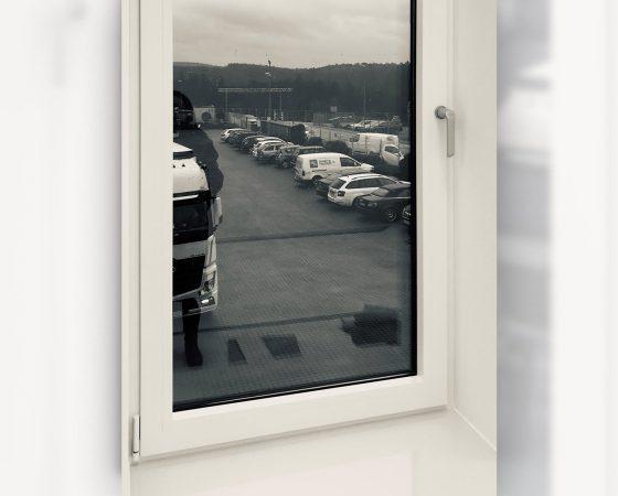 Lackierarbeiten: Fensterelement nach Ausführung der Spritzlackierarbeiten